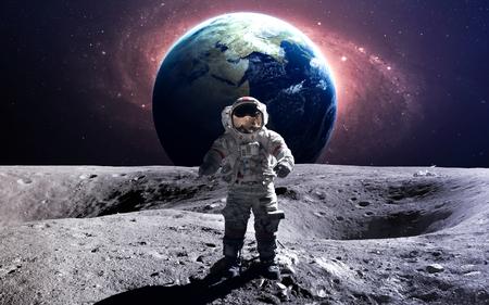 sol y luna: astronauta valiente en la caminata espacial en la luna.