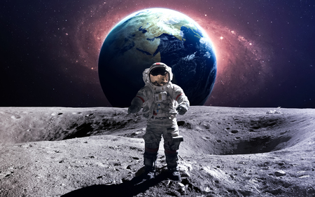 fernrohr: Brave Astronaut an der Weltraumspaziergang auf dem Mond.