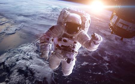 Astronauta w przestrzeni kosmicznej na tle planety Ziemia Zdjęcie Seryjne