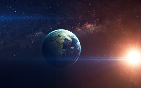 Belleza del planeta Tierra desde el espacio infinito con nebulosas y estrellas.