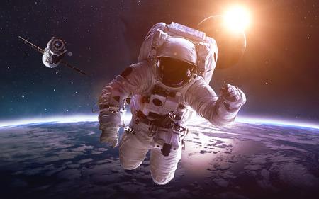 행성 지구를 통해 공간에서 우주 비행사.