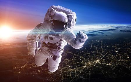 gravedad: El astronauta en el espacio exterior. Paseo espacial.