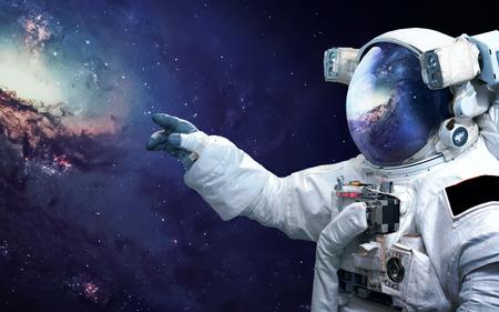 宇宙空間で宇宙飛行士。宇宙遊泳。 写真素材