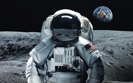 Astronaut auf dem Mond. Abstrakte Raumtapete. Universum gefüllt mit Sternen, Nebeln, Galaxien und Planeten. Elemente dieses Bildes von der NASA eingerichtet
