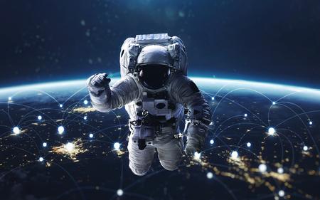 データ交換、世界中のグローバル ネットワーク。夜、街の明かり軌道から地球。NASA から提供されたこのイメージの要素