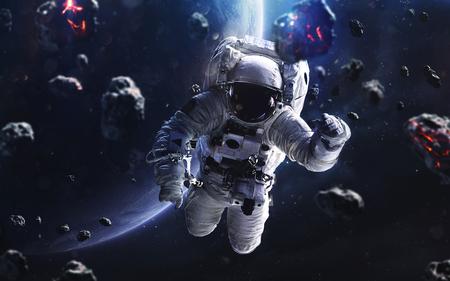 隕石と宇宙飛行士。深宇宙の画像は、高解像度の壁紙に最適な印刷で空想科学小説ファンタジー。NASA から提供されたこのイメージの要素