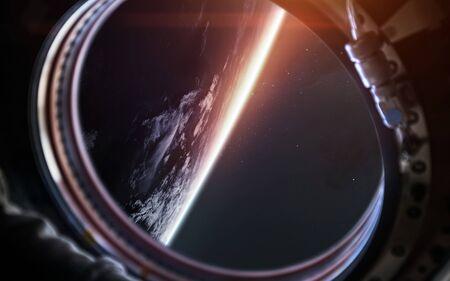 Planeta tierra desde el ojo de buey de la nave espacial. Arte de ciencia ficción. Foto de archivo