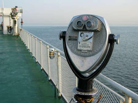 Teleskop mit Blick auf den Ozean auf einer F�hre