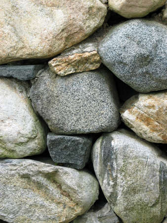 Eine Nahaufnahme von einer Mauer aus unterschiedlich gro�en Steinen