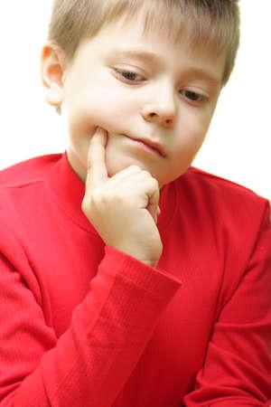 gaze: Jongen in de rode jas met een melancholische blik geïsoleerd over wit