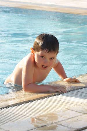 going out: Ragazzo di uscire di piscina