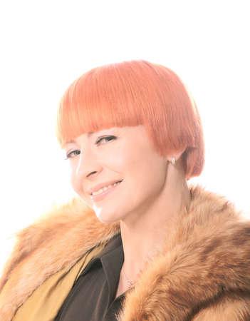 enigmatic: Bella donna rossa guardando con sguardo enigmatico