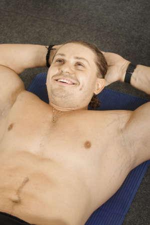 muskeltraining: Smiling Mann Muskeltraining mit auf Matte