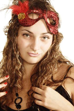 fantasque: Jolie jeune femme capricieuse boucl�s avec masque rouge sur le front
