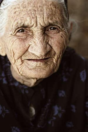 gaze: Gaze buitenshuis van hooggeplaatste vrouw close-up foto gezicht Stockfoto
