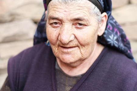 gaze: Oudere vrouw met doordringende blik close-up Stockfoto