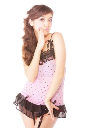 reggicalze: Abito abbastanza giovane donna bruna in breve rosa posa contro bianco Archivio Fotografico
