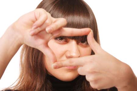gaze: Intentie blik via vinger frame van een jonge vrouw van brunette