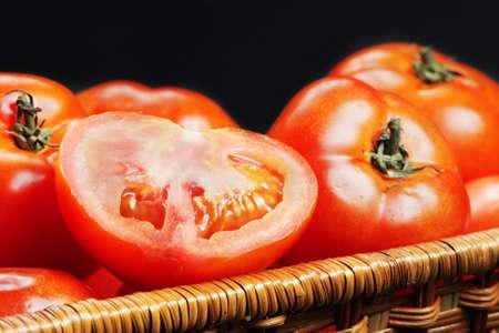 slit: Raja tomate en la cesta con toda las fotos de detalle sobre fondo oscuro