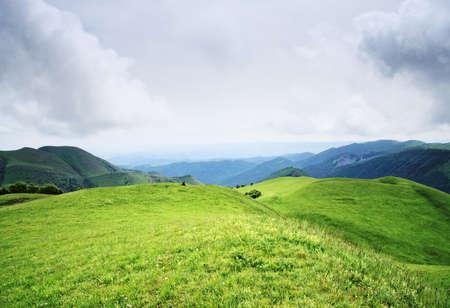 over the hill: Nubes bajas sobre hill en verano del C�ucaso mauntains