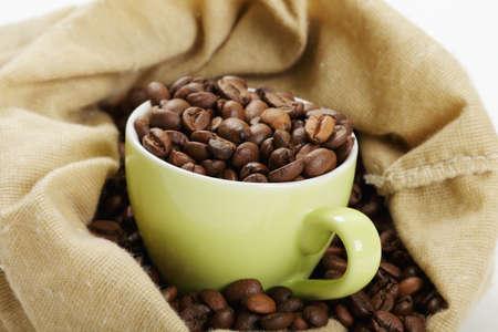 ejotes: Copa verde con caf� en bolsa  Foto de archivo