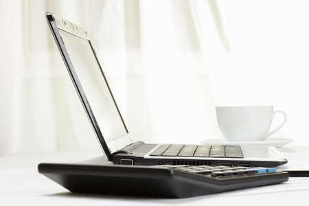 電卓: 通常ラップトップ電卓とコーヒーで構成される作業の設定 写真素材