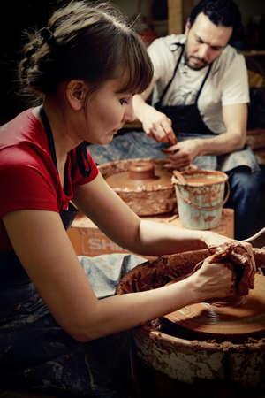 alfarero: Alfareros hombres y mujeres en el trabajo Foto de archivo