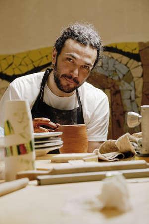 alfarero: Hombre Potter en el taller mirando a la c�mara Foto de archivo