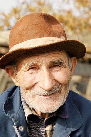 80s adult: Retrato al aire libre del hombre positivo mayor en el sombrero Foto de archivo