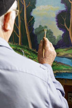 artistas: Pintor imagen pintura en taller vista trasera