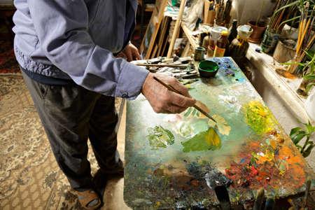 paleta de pintor: Pintor que trabaja en la paleta en el estudio Foto de archivo