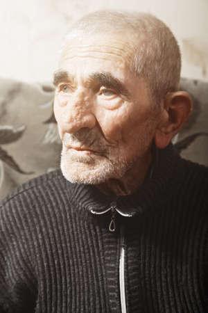 grayness: Ritratto di gravi lateralmente caucasico uomo anziano cerca