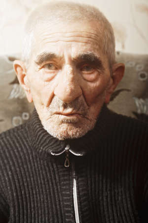 grayness: Ritratto di grave uomo anziano caucasica Archivio Fotografico