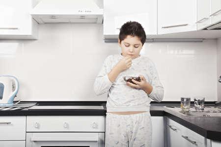 comiendo cereal: Cauc�sicos Morena comer cereales en la cocina