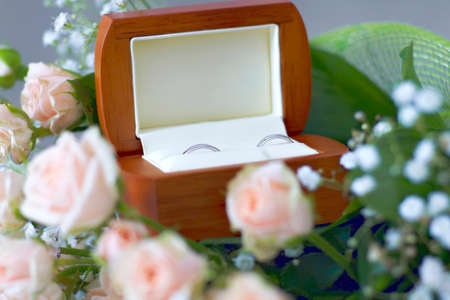 jewel box: Wedding rings in the jewel box decorated with roses