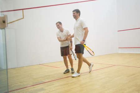 Dos hombres jugando partido de squash