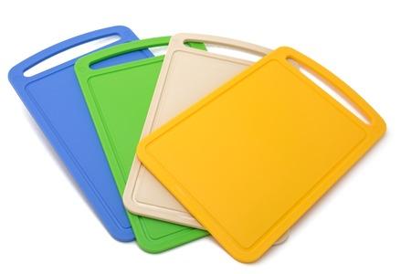 Planches à découper de couleur isolées sur le fond blanc