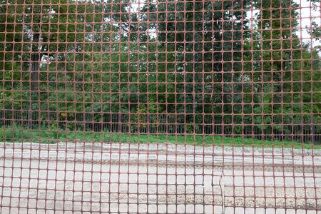 malla metalica: malla metálica temporal a lo largo del camino. fondo del bosque