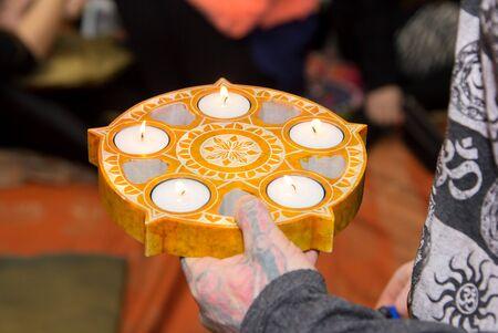 encendedores: Velas en un candelero de piedra