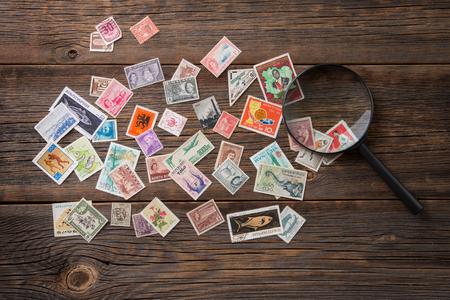 切手のコレクション。テーブルの上の切手。Philatelism