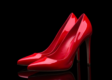 Elegantes zapatos rojos sobre fondo negro