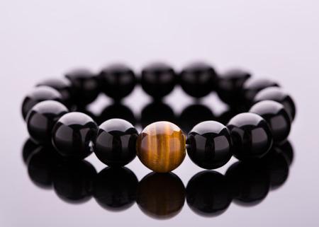 Handgefertigte Steinperlenarmbänder aus Glückssteinen. Armband aus dunklen Perlen.