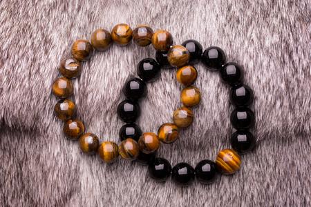 Pulseras de cuentas de piedra hechas a mano con piedras de la suerte. Pulsera de abalorios oscuros.