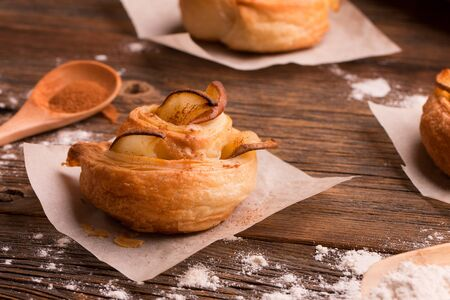Freshly baked bun with apples and cinnamon closeup. Stok Fotoğraf