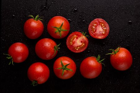 Red fresh tomatoes covered with drops of water. Stok Fotoğraf - 128345915