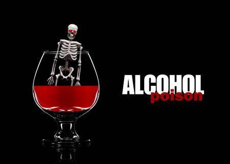 Scheletro umano in un bicchiere con alcool. Il concetto di morte per consumo di alcol. Archivio Fotografico