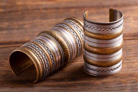 Schöne breite Armbänder Nahaufnahme. Standard-Bild