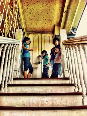 casa vecchia: 4 bambini in visita vecchia casa