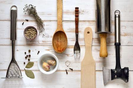 cocina antigua: Utensilios de cocina en una luz de fondo de madera r�stica