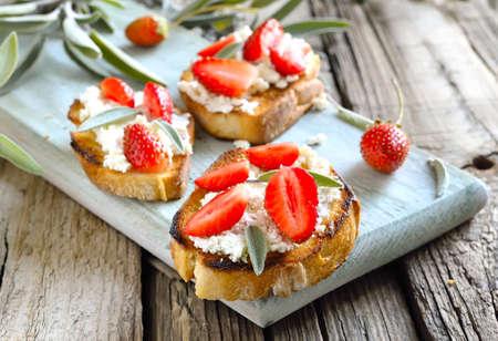 queso de cabra: Crostini con queso de cabra y fresas